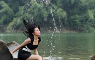 Mädchen mit nassen Haaren im Wasser