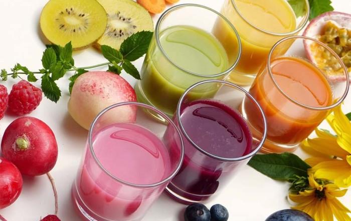 Farbenfrohe Smoothies und Früchte