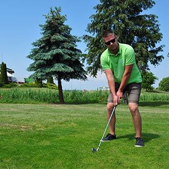 Mann spielt Golf in der Hotelanlage Greenfield, Bük, Ungarn