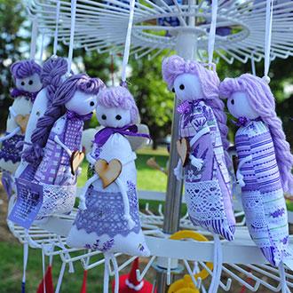 Handgemachte mit Lavendel gefüllte Püppchen auf dem Bauernmarkt in Bük