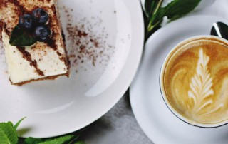 Cappuccino mit Heidelbeer Cheesecake