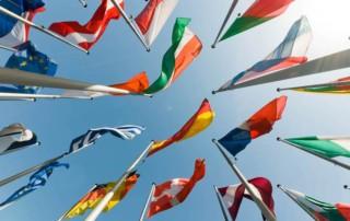 Verschiedene Flaggen Europas wehen im Wind