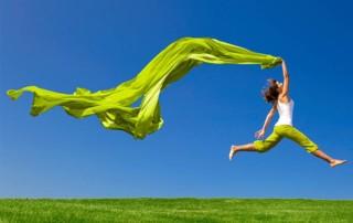 Frau mit grüner wehender Fahne als Symbolbild für grünen Lifestyle