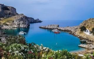 Tiefblaues Meer in Lindos, Rhodos, Griechenland