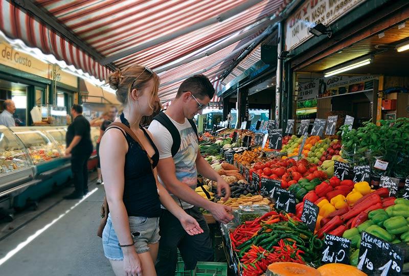 Wien, Naschmarkt: Pärchen am Marktstand