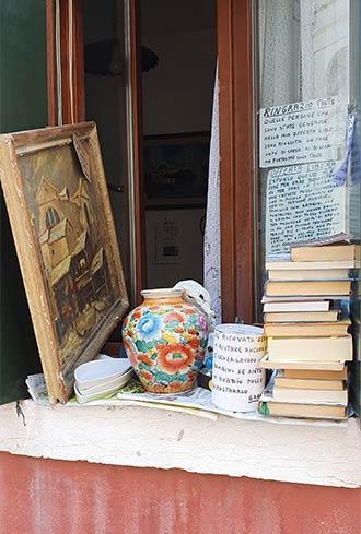 Venedig: Flohmarktware auf einem Fensterbrett