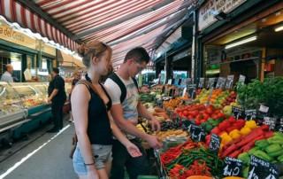 Junges Paar auf dem Wiener Naschmarkt