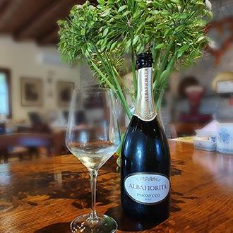 Prosecco-Flasche auf einem Tisch in einem renovierten Bauernhaus