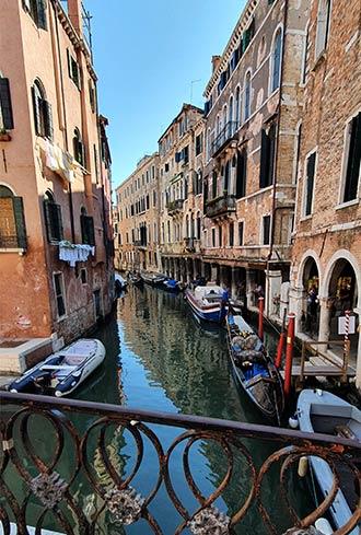 Kanal mit Gondeln in Venedig