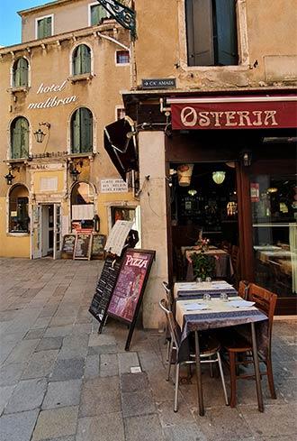 Leere Tische in einem kleinen Restaurant in Venedig