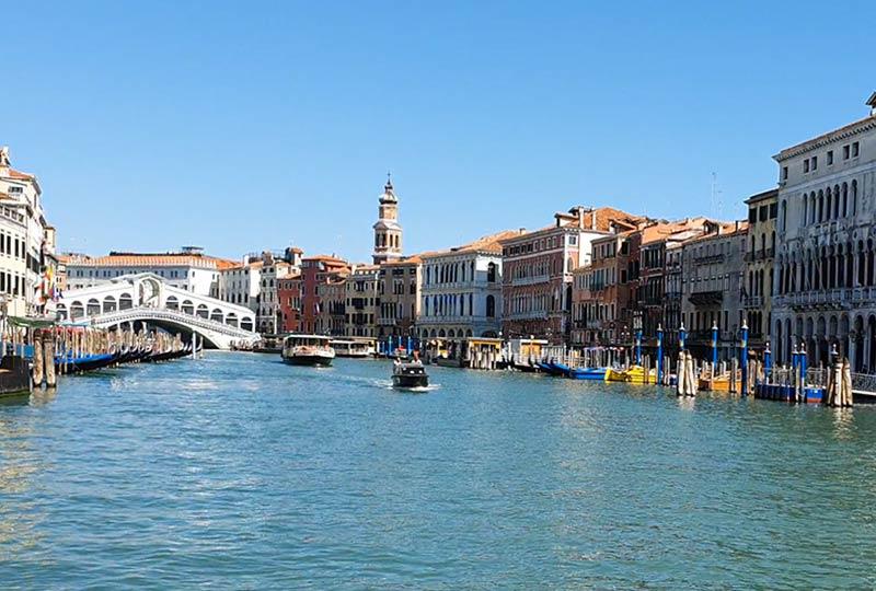 Rialtobrücke in Venedig vom Vaporetto aus gesehen