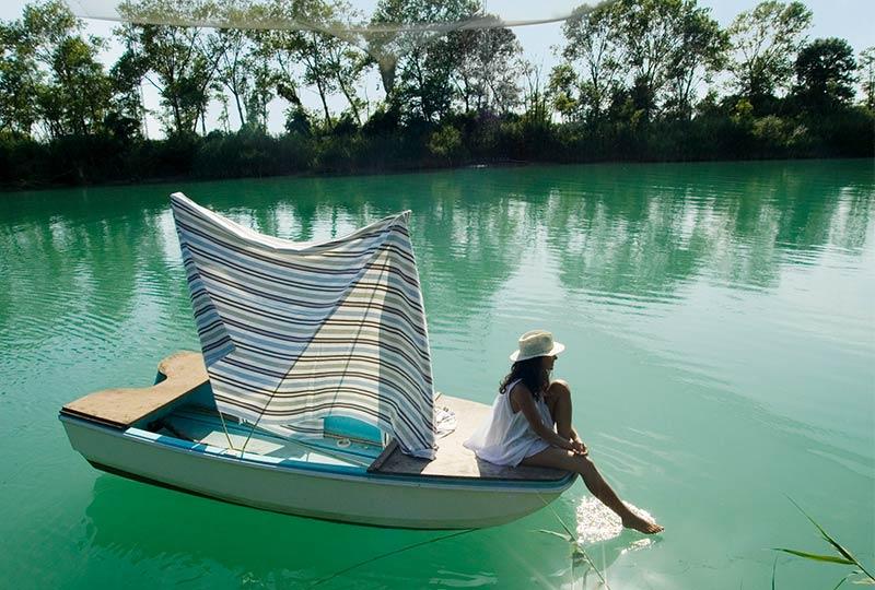 Frau im Boot auf einem Fluss