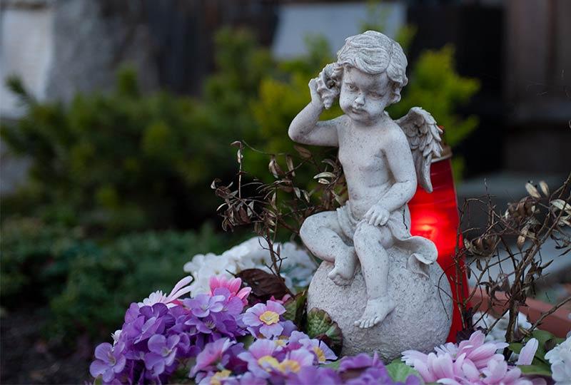 Liebevoll gestaltetes Grab mit Engelsfigur